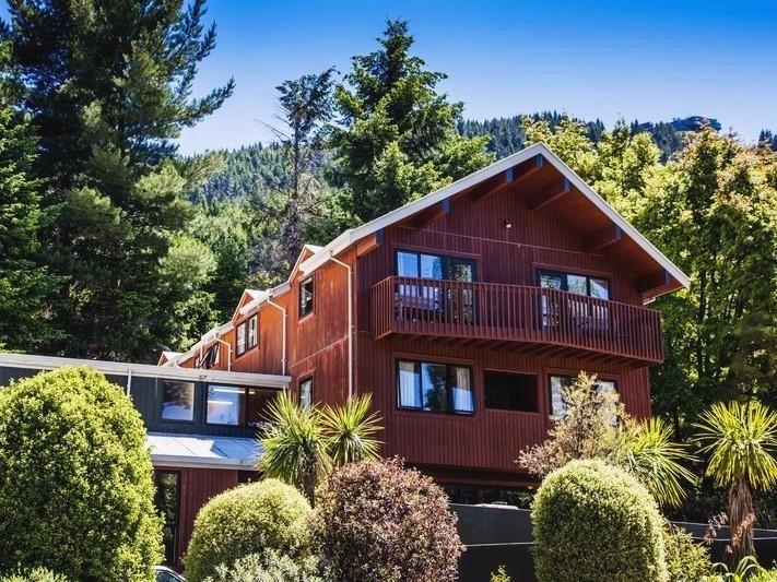 New Zealand Hostel Guide: YHA Queenstown Lakefront