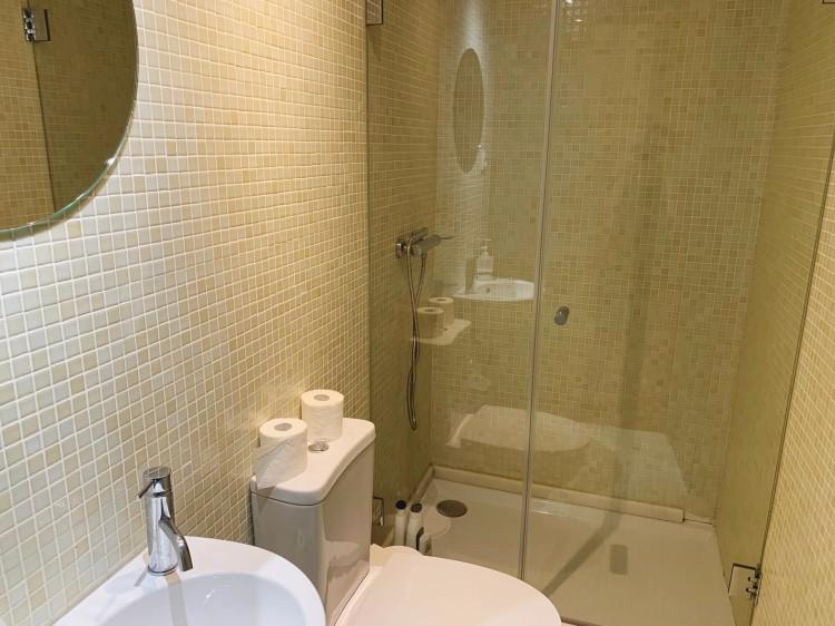 porto airbnb bathroom